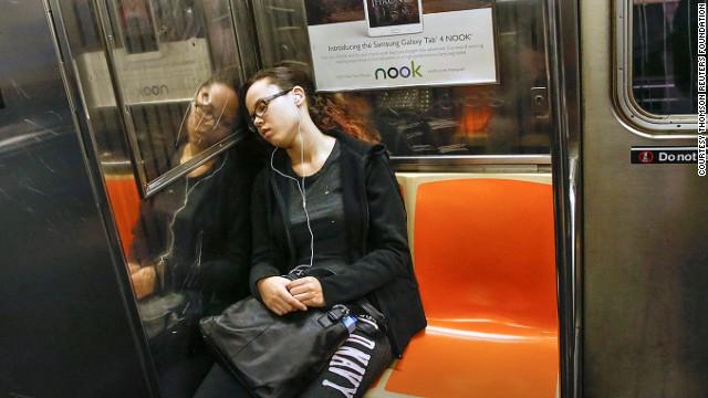 женщина спит в метро