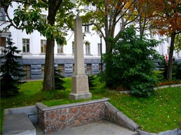 памятник чарльз клерк 2