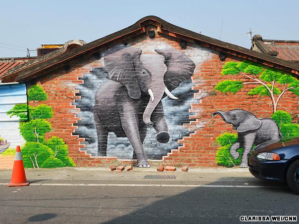 слон на стене
