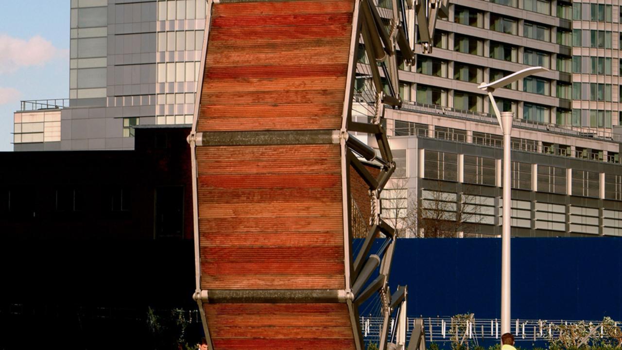 Скручивающийся мост - демонстрация акробатики в Лондоне