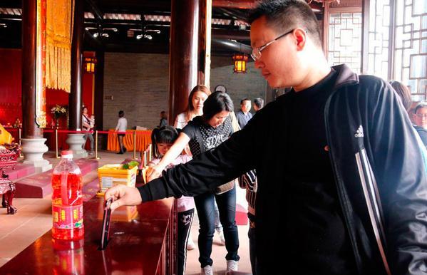 турист жертвует айфон
