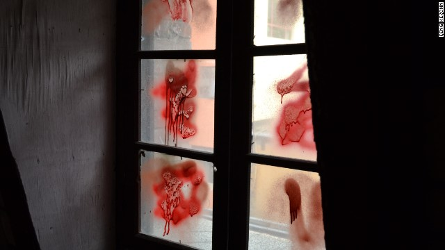 красная краска на стекле