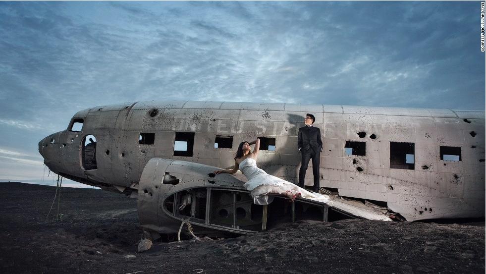 фото на фоне разбившегося самолета