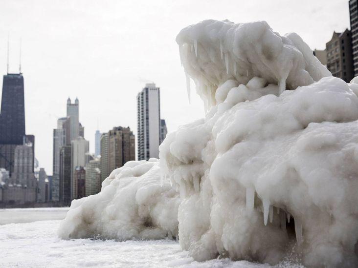 кусок льда на пляже