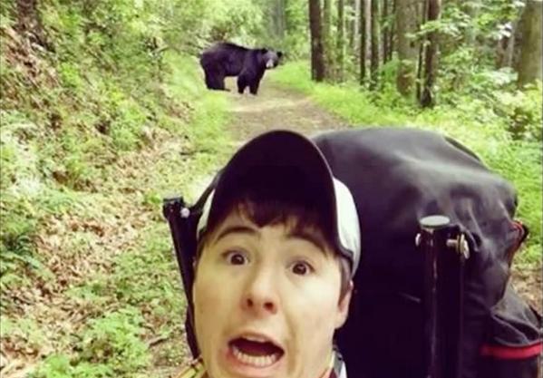 Селфи на фоне медведя