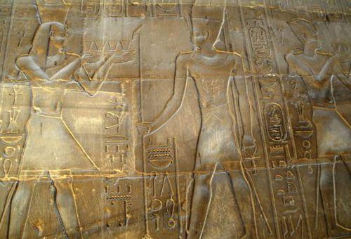Китайский подросток вырезал свое имя в древнем египетском храме